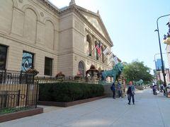 ここは美術館   月曜日だったけれど 開館してました   見たい? (心の奥では 見たいなあと思っている私)  いや、 興味ないっす・・・ (やっぱりねえ 男性の美術館好きには なかなか会えない)