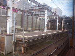 隣の桑園駅、札沼線の始発駅だが全列車札幌まで直通する。複線の函館本線に並んで単線の札沼線の線路がある。越美北線は福井駅から越前花堂駅の直前まで北陸本線の線路を使うので、対照的。