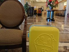 エクシブ白浜アネックス。 入口から、素敵な雰囲気。 …を、ふなスーツケースが壊してる?(笑)