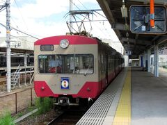 大阪から8:30発の新快速に乗って、近江鉄道の始発駅である米原へ。青春18きっぷの期間中ですが、それも終盤なのでそれほど乗客はいないように思えました。米原に着くと、1デイスマイルチケット(フリー乗車券)を買って近江鉄道のホームへ行くと、赤電が待っていました。ここで、愛荘町の愛のりタクシーも3便予約しておきました。