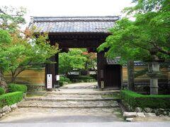 タクシーの停留所は寺の前にあるため、とても便利。金剛輪寺は聖武天皇の勅願寺として、行基菩薩が741年に開山した寺で、湖東三山の1つとして知られています。