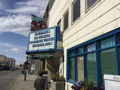 アラスカ裁判所の大きなビルの前を通って フェアバンクス氷の彫刻博物館、ICE Museum に寄りました。 入口は2nd Avenue にありました。