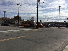 2nd Avenueからレイシーストリートを12番まで行くと 丁度コープマーケット (フェアバンクス)があります。 スクールバスが2台停まっていた。 学校は見当たりませんが・・・