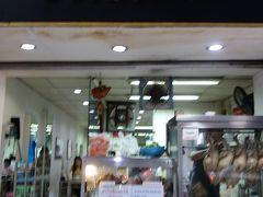 シーロム駅近のタイの人が朝食で訪れるお店で朝食