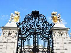 ホテルから10分もかからずに ベルヴェデーレ宮殿、南側ゲートに到着。 ライオンと王冠の彫像が飾られた 美しい門からレッツスターティン♪