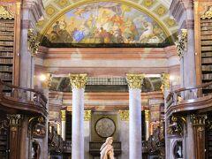 大ホール(プルンクザール)が すごく豪華だというので来てみた~。 オーストリア国立図書館。8ユーロ。