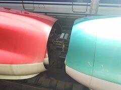 東京駅から北陸新幹線で09:32に出発です。 写真は乗車した新幹線の一つ前の新幹線。