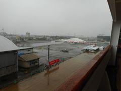 朝、大雨の金沢港に入港した。金沢港歓迎式典は全部取り止めになりました。