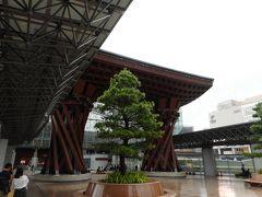 有名な木製駅の門。21世紀美術館からのタクシーを降りると前にJR金沢駅の門があった。