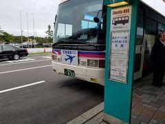 釧路は東京より気温が10℃以上低いですが、雨上がりで湿度が高めです。 バスで釧路市内へ。1時間近くかかります。 レンタカー使う人が多いのですが、今回の旅はバスと徒歩でも十分です。