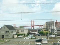 2019.08.30 門司港ゆき快速列車車内 若戸大橋を眺めると戸畑である。