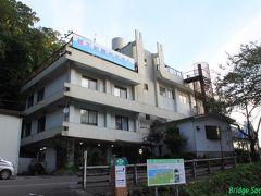 親不知観光ホテル 残りは翌日にし、宿へ向かいました。本当は魚料理が評判の『和』という民宿に泊まりたかったのですが、何やら工事関係者が長期滞在に利用しているそうで、平日なのに民宿はどこも軒並み満室でした。台風の合間をみて急遽思い立ったので致し方ありません。