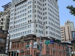 今回お世話になる台北城大飯店(タイペイシティホテル)にタクシーで移動して来ました。  まだチェックインには早いですが 荷物を預けます。  今回このホテルを選んだ理由は 迪化街や大稻埕にも近く 延三夜市や寧夏夜市にも 徒歩圏内だと思ったからです。  古い建物をリノベした趣のあるホテルで スタバも併設しております。