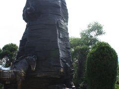 そして賀龍公園まで歩く。  賀龍公園にあった賀龍将軍の像。 中華人民共和国の建国に貢献した将軍。 ここ張家界の、貧農の生まれだそうだ。
