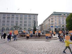1:45 バルト海の乙女像。ヘルシンキは銅像が多いです。 オールドマーケットで何か食べようと思って、港の方へ歩いてきました。