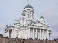15:00 ウロウロしている時に通りかかった、ヘルシンキ大聖堂へ。 フィンランド軍の車が並んでいてものものしい。