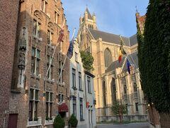 ベルギーの人は出勤が遅いのでしょうか? 普段、夫は5時半、私は7時から勤務なので、ブルージュのゆったりとした時間の流れには不慣れ。ついつい早朝から活動したくなってしまう。  救世主大聖堂へ続く小径。無人。