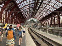 8月23日、ブルージュを後にオランダ方面へ戻る日。ホテルの朝食を8時半にしっかりと食べた後、9時27分ブルージュ発の列車でアントワープへ向かう。  アントワープでのミッションは 1)世界一美しい駅」と名高いアントワープ中央駅を観る 2)「フランダースの犬」をリアルタイムで見ていた私としては、聖母大聖堂でルーベンスの絵を見ないで通り過ぎるのは勿体ない 3)グローテマルクトにあるギルドハウス群を観る  これを1時間半でやるのだ。まずは中央駅地下 (駅名はDiamant) から15番線地下鉄にのりGroenplaats駅へ。(切符の自動販売機はプラットホームに有り。運賃3ユーロ。乗ってから切符の打刻を忘れずに。)