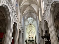 Groenplaats駅を出ると大聖堂の尖塔が見えるので、それを目印に進む。 聖母大聖堂は外装工事をしており、外観は現在美しくないのでさっさと入堂することに。正面にはネロがよく観ていた、ルーベンス作「マリア被昇天」、左右にはネロが観たくてしょうがなかった「キリストの昇架」と「キリストの降架」が。 フィクションの物語の主人公に感情移入し、彼を想って悲しくなる単純な自分....乙女か!