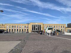 8月21日 午前10時半ごろアムステルダム・スキポール空港着後、列車でブルージュへ直行。この旅で必要な列車の切符は事前にオンラインで購入し、印刷して持参。タリスは高額なので、インターシティの2等車を利用。https://www.nsinternational.nl/en  Antwerpen-Berchemの駅で乗り換えなければならないのは知っていた。時差ボケでウトウトとしていた為、「Antwerpen」の表示が見えたから慌てて降りる。まさか、「Antwerpen」がつく駅が複数あるとは。間違えてひとつ手前のAntwerpen Centraal駅で降りてしまった。  一瞬で時差ボケが治り、アタフタアタフタ・・・焦ると右往左往しますな。インフォメーションのおじさんに助けてもらって、元々Antwerpen-Berchem駅で乗るはずだった列車(Antwerpen Centraalが始発だった)にギリギリで乗る事ができ、ホッとした。おじさんに教えてもらわなかったら1時間後の列車になる所だったよ。おじ「様」に感謝。  午後3時にブルージュ到着。