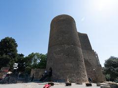 乙女の望楼へ. 12世紀に建てられた,旧市街の入口に立つ高さ31mのバクーのシンボルとも言える塔.その壁の厚さは5mに及ぶとのこと.基礎部分は5世紀まで遡ると言われていますが,何のために建てられたかは現在でもわかっていないそうです. 塔内にはバクーの歴史について展示されています.