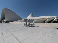 ヘイダル・アリエフ・センターに到着. 日本の新国立競技場コンペで最初に当選した女性建築家,故ザハ・ハディド氏による建築で2012年にオープンした複合文化センター.ちなみに空港の名前にも付いているヘイダル・アリエフはアゼルバイジャン初代大統領.