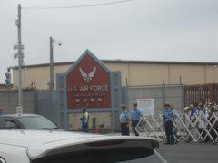 ゲート脇にある米軍横田基地(『U.S. AIR FORCE 横田基地』)の看板 ゲートの反対側には航空自衛隊横田基地(『JASDF Yokota Air Base』)の看板もありました 嘗ては米軍基地だけでしたが、2012年3月から航空自衛隊の航空総隊司令部等もここに移転してきたそうです