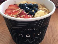 デザートとして、アサイーボウルで有名な、NALUへ。