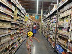 朝食後はホールフーズマーケット。アメリカらしい迫力あるスーパーで娘は大はしゃぎ。