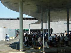 2019.09.14 高森ゆき快速バスたかもり号車内 熊本駅の市電を待つ人の群れ。熊本市内へのおでかけは地方在住者にとっては特別なことである。「汽車で熊本、電車で市内」は熊本県民のハレの場の典型的な行動パターンであり、その結果がこれである。この中の半分くらいはJRもタダになると思って意気揚々と駅に行ったのではないだろうか?