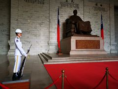 蒋介石像と衛兵。どちらもピクリともせず。