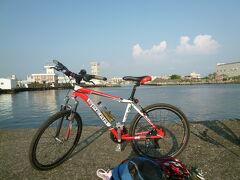 【蚵仔寮漁港へ釣りに行きました 高雄 2019/09/13】  高雄に住む日本人の友人と14:30に瑞豊夜市で待ち合わせて、蚵仔寮漁港へ釣りに行きました。蚵仔寮漁港は自宅から約12㎞の所にありますし、行きは、暑さは残っており、多少上り坂でしたので、結構きつかったです。途中、一回休憩をしました。蚵仔寮漁港の防波堤に着き、早速、仕掛けを作っていると、傍にいた台湾の人から話しかけられました。どこから来たか?と問われたので、巨蛋ですと答える、信じられないと言われましたが、皆さんは大体バイクで来ていました。今日の釣り方は、「ぶっこみ」、仕掛けを教えてもらいました。 先ず、小魚を釣り、それを餌に大魚を狙います。残念ながら、大魚は釣れませんでしたので、次回に来たいしましょう。ロケーションも良いですし、心地よい風に吹かれながら、十分に楽しむことが出来ました。夕食は、夜も遅かったので、コンビニで取りました。どれもいまいちなので、私はカップラーメンにしました。帰りは、軽めの下りなので、快適に帰ることが出来ました。 住所:高雄市梓官区信蚵里中正路306号
