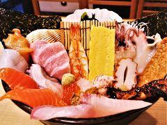 こちらの海鮮丼がコスパ最高と聞いて頼んでみる。  ムスコも最近お刺身好きだから、特選海鮮丼にしてみたらこんなのがきたー! すごい…海鮮が飛び出しているwwww  これで2000円とは、お得感すごいですよ。 私の写真では上手く立体感が表せなくて申し訳ない…