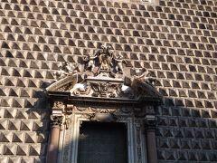 ジェズ・ヌォーボ教会の外壁。外はシンプルですが、中は豪華でした。