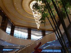 今回は子連れで、しかも久しぶりの海外なので、ANAハローツアーを利用しました。 空港まで現地ガイドさんが迎えに来てくれて、ホテルのチェックインまでしてくれて、とても楽でした~。  ホテルはコンラッド・センテニアル・シンガポール。 MRTの駅やショッピングモールも近く、便利でした。