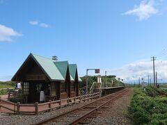 この可愛いのが原生花園駅。 ぽつんと建っている駅舎が可愛いですよね。