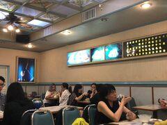 それから現地在住友人が 台湾はかき氷が美味しいということで 夜市の中にあるかき氷屋に行ってみた   読めないけど笑「辛發亭」というところ どうやら有名みたい  参考↓ https://torihikolife.com/xin-fa-ting