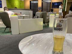 当然ながらKALラウンジに寄る余裕はなく、プライオリティパスで入れる「Sky Hub Lounge」でクラウドビールを1杯だけ頂きました。 だって、もう走り過ぎて喉がカラカラ… 地下鉄駅とターミナルまで遠すぎ >o<