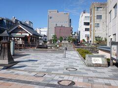 翌日、福井駅近くにある北庄城跡にも寄ってみました。柴田神社という神社があり、柴田勝家を祀っていて、勝家公と、お市の方、浅井三姉妹の像があります。あと、画家の平山郁夫は、柴田勝家の子孫らしいです。北庄城と福井城は微妙に離れているのですが、結局柴田勝家が北庄城を越前の中心として築いたことが、福井の町の基礎を築いたとも言えます。そして朝倉氏の一乗谷は埋もれていく、と。   とまあ、戦国マニア的な話でした。