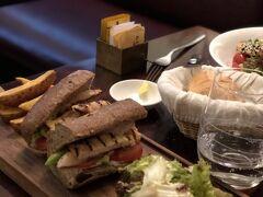 The Refinery(ザ・リファイナリー)は元はアヘン窟だった場所を改装したオシャレなビストロ。ここのオススメは手作りのパン。サンドイッチもだけど、つきてきたパンも本当に美味しいの。あとはポテトもオススメ。  続きはこちら http://blog.livedoor.jp/aiko97/archives/52548913.html