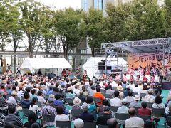屋外では第16回さいたま新都心JAZZDAYが開催されている。 マドンナのライスラボニータを熱唱中。