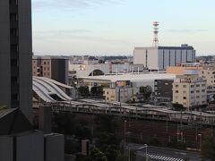 自販機コーナーからさいたま新都心駅。 スーパードライ300円、エビス350円など。