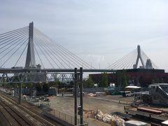 青森駅の改札内の跨線橋からが一番きれいにベイブリッジが見えるかも