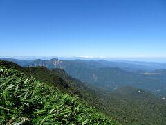 山頂標識の近くの見晴台からの景色。 左奥に北アルプスの後立山連峰が見えました♪