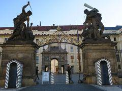 「戦う巨人の像」プラハ城正門(出口専用)  この中が第一の中庭です。 衛兵さんはまだ出勤していませんでしたが、兵士さんは24時間体制?  プラハ城敷地内の開放時間は、通年で6:00~22:00 建物の開館時間は9:00~  プラハ城公式サイト: https://www.hrad.cz/en/prague-castle-for-visitors