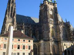 聖ヴィート大聖堂南側  開館前の観光客も少ない王宮前広場