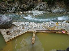 河原の露天温泉に入りました。入浴料500円。