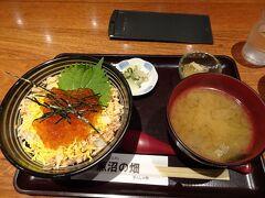 越後湯沢駅のお店で夕食に「鮭いくら丼」(1380円)