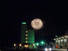 JRで小出駅に到着すると、花火が打ち上がっていました! 隣の堀之内で花火大会が行われていたようです。
