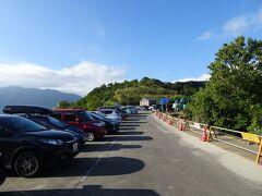 くねくねした狭い道を走って1時間ほどで枝折峠に到着。 狭い道に路上駐車が長々と続いていました。
